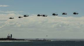 Acht Hubschrauber in der Bildung über einem Schiff Lizenzfreie Stockfotos