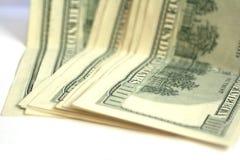 Acht hundert Dollarscheine auf Weiß Stockfotos