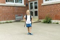 Acht Jahre alte Schulmädchen nah an den Schulhöfen Stockfotografie