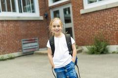 Acht Jahre alte Schulmädchen nah an den Schulhöfen Lizenzfreies Stockbild