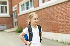 Acht Jahre alte Schulmädchen nah an den Schulhöfen Stockfotos