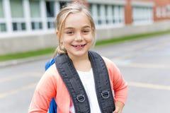 Acht Jahre alte Schulmädchen nah an den Schulhöfen Stockbild