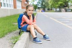 Acht Jahre alte Schulmädchen nah an den Schulhöfen Stockbilder