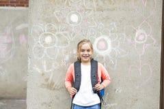 Acht Jahre alte Schulmädchen nah an den Schulhöfen Lizenzfreie Stockfotografie
