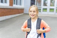 Acht Jahre alte Schulmädchen nah an den Schulhöfen Stockfoto