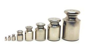 Acht kaliberbepalingsgewichten op witte achtergrond Stock Afbeeldingen