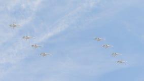 Acht Kampfflugzeuge Su-24, die in Bildung Victory Days fliegen Stockbilder