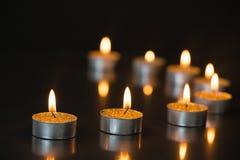 Acht kleine Kerzen Brennen Stockbild