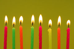 Acht kleurrijke verjaardagskaarsen Royalty-vrije Stock Foto's