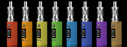 Acht mehrfarbige elektronische Zigaretten Lizenzfreies Stockbild