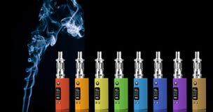 Acht mehrfarbige elektronische Zigaretten Stockbild