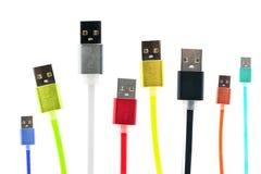 Acht mehrfarbige usb-Kabel werden vertikal, auf einem Weiß lokalisierten Hintergrund vereinbart Die Familie vereinigt Zukünftige  Stockfotos