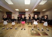 Acht meisjestreinen met balletleraar Stock Foto's