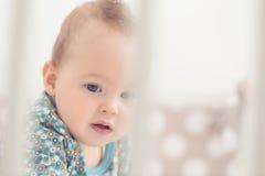 Acht Monate alte Baby in ihrem Bett Lizenzfreie Stockfotografie
