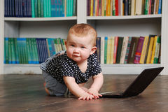 Acht Monate alte todler Baby, die mit Tabletten-PC auf dem Boden spielen Stockfoto