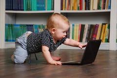 Acht Monate alte todler Baby, die mit Tabletten-PC auf dem Boden spielen Stockfotografie