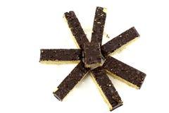Acht rechthoekige stukken van de wafelcake van de chocoladenoot op witte achtergrond stock foto