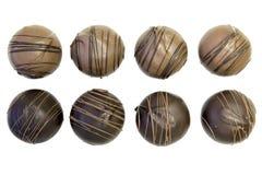 Acht runde Schokoladen-Trüffeln Stockbild