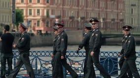 Acht russische Polizisten in einheitlicher gehender throuth Brücke stock video