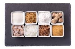 Acht Schüsseln verschiedene Arten des Zuckers Stockfotografie
