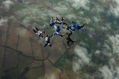 Acht Skydivers, die eine Anordnung aufbauen Lizenzfreie Stockbilder