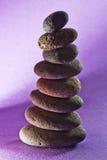 Acht Steine im Sand, Schwarzbodenpurpur Stockfotografie