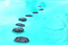 Acht Steine im Wasser Lizenzfreie Stockfotos