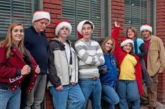 Acht Teenager, der am Ziegelstein-Gebäude sich lehnt Stockfotografie