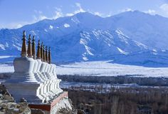 Acht tibetanische stupas mit Himalaja-Gebirgszug im Hintergrund Lizenzfreie Stockbilder