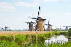 Acht von den neunzehn Windmühlen in Kinderdijk Stockfotos