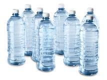 Acht Wasser-Flaschen - lokalisiert Stockfotografie