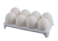 Acht weiße Eier mit einem knackten im weißen Karton Stockfotos