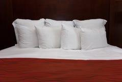 Acht weiße Kissen Lizenzfreies Stockfoto