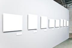 Acht weiße leere große Fahnen Lizenzfreie Stockfotos