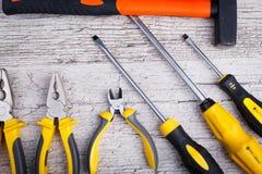 Acht Werkzeuge liegen an der Unterseite einer Nahaufnahme auf einem grauen hölzernen Hintergrund Ansicht von oben Lizenzfreies Stockfoto