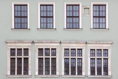 Acht Windows auf der Fassade der alten Weinlesehäuser Lizenzfreies Stockbild