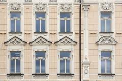 Acht Windows auf der Fassade des alten Weinlesebeigehauses Stockfoto