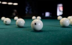 Acht witte biljartbal op een poollijst royalty-vrije stock fotografie