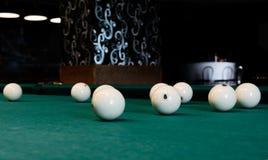 Acht witte biljartbal op een poollijst royalty-vrije stock foto