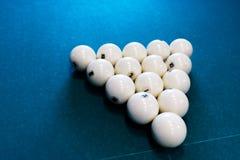 Acht witte biljartbal op een poollijst stock afbeeldingen
