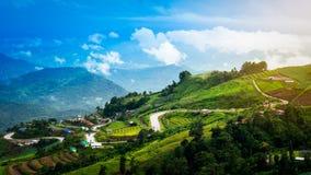Achtbaan en dorp op berglandschap Stock Afbeelding