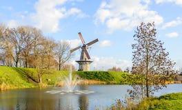 Achteckige Getreidemühle am Rand der niederländischen Festungsstadt Woud Stockfotografie