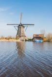 Achteckige mit Stroh gedeckte Windmühle in Kinderdijk die Niederlande Stockfoto