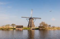 Achteckige mit Stroh gedeckte Windmühle in Kinderdijk die Niederlande Stockfotos