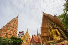Achteckige Pagode, chinesische Pagode, Vihara und große goldene Buddha-Statue bei Wat Tham SuaTiger höhlen Tempel, Bezirk Tha Mua Lizenzfreie Stockfotos