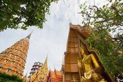 Achteckige Pagode, chinesische Pagode, Vihara und große goldene Buddha-Statue bei Wat Tham SuaTiger höhlen Tempel, Bezirk Tha Mua Stockfotos