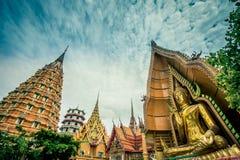 Achteckige Pagode, chinesische Pagode, Vihara und große goldene Buddha-Statue bei Wat Tham SuaTiger höhlen Tempel, Bezirk Tha Mua lizenzfreies stockbild