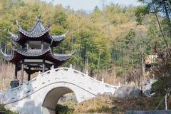 Achteckige Pavillon- und Steinbogenbrücke Stockfoto