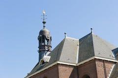 Achteckiger Glockenturm auf Kirchendach Lizenzfreie Stockbilder