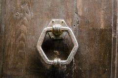 Achteckiger Klopfer einer alten Holztür Lizenzfreie Stockfotografie